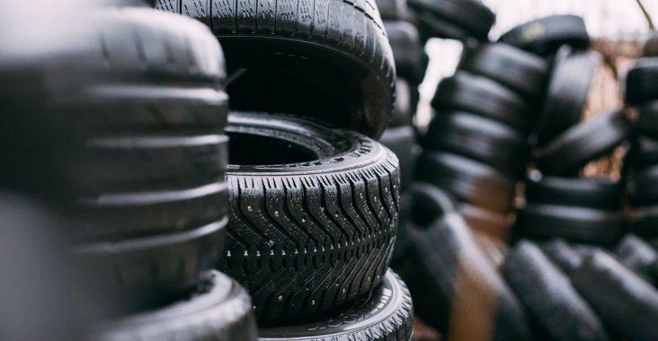 tas de pneus